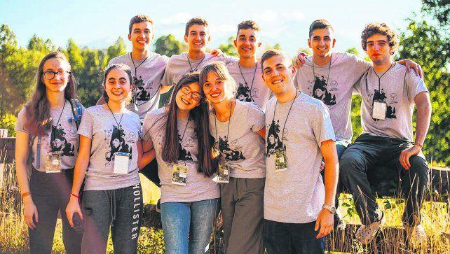 Grupo unido. Los jóvenes que participaron coinciden en que el campamento fue genial. A todos los apasionan los desafíos.