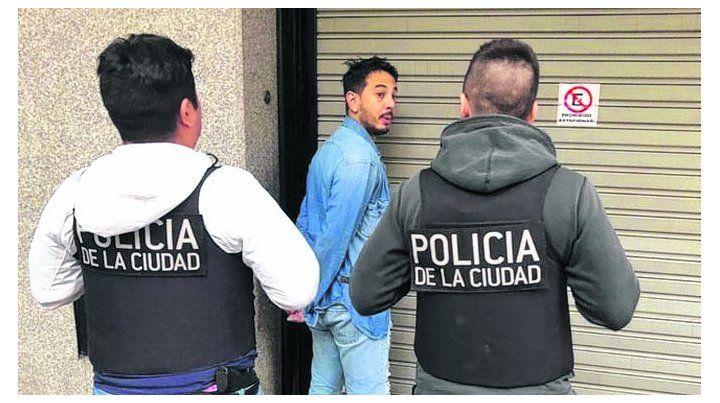 arrestado. Uno de los dos supuestos cómplices al ser detenido ayer.
