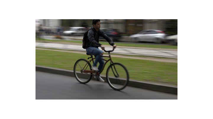 vulnerable. Un ciclista pedaleaba ayer por Oroño
