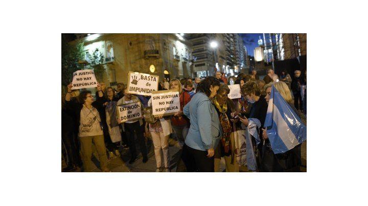 Casi un centenar de personas se congregó anoche en el Monumento a la Bandera para reclamar a la Justicia celeridad en las causas que involucra a ex funcionarios kirchneristas y en rechazo a las recientes excarcelaciones