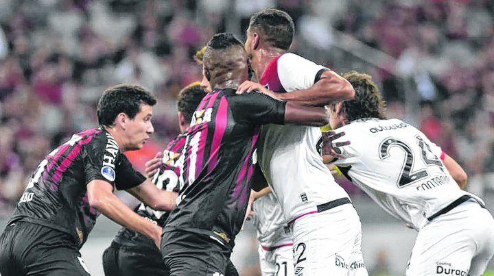 Es una lucha. Ni forcejeando Newells puede llegar en una pelota parada. Todo mal en Curitiba.
