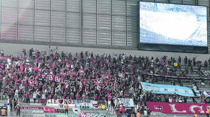 Rojinegros de acá. Los hinchas de Newells coparon anoche la tribuna asignada en el estadio de Atlético Paranaense.