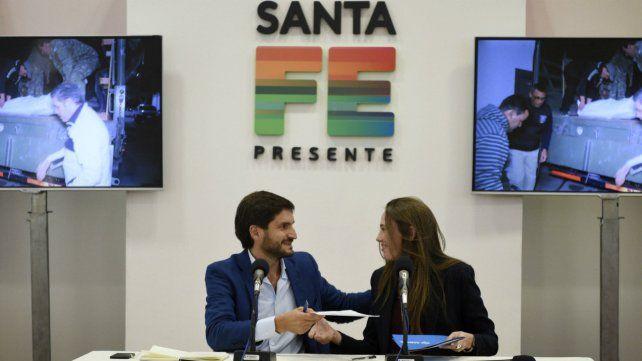 Rúbrica. El ministro de Seguridad, Maximiliano Pullaro, y la tiatular de Anmac, Natalia Gambaro, firmaron un convenio.