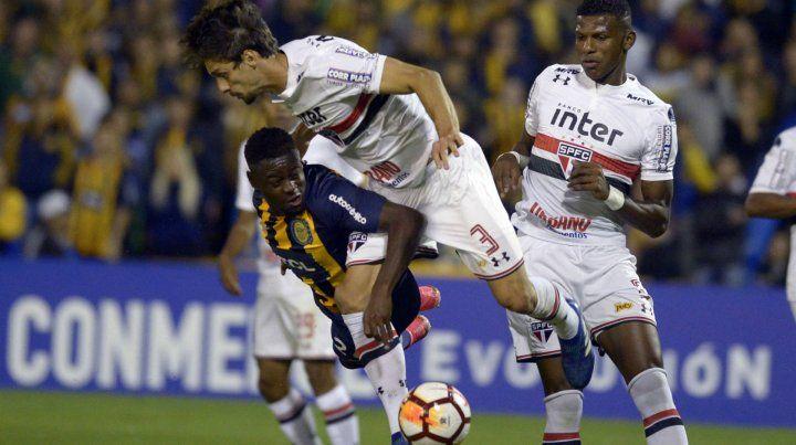 Cabezas le gana en el anticipo a Caio. Fue una de las jugadas en las que colombiano mostró destreza.