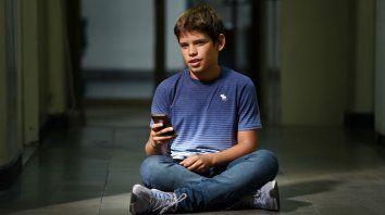 Alejo se acostumbró a leer los libros a través del celular o la computadora.