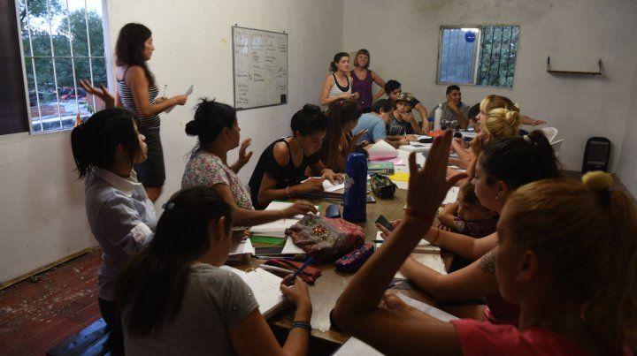 Uno de los cursos del Bachi de Tablada. A este secundario de Ciudad Futura asisten unos 60 jóvenes y adultos.