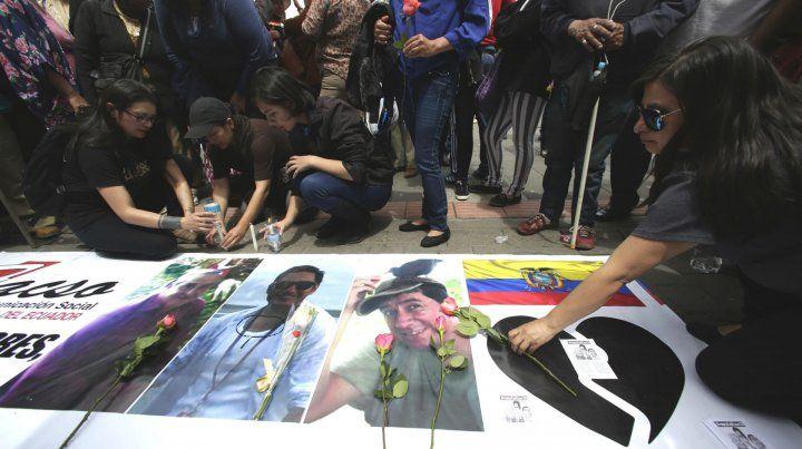 Temido desenlace. Ofrendas florales en las imágenes de los tres periodistas ecuatorianos asesinados.
