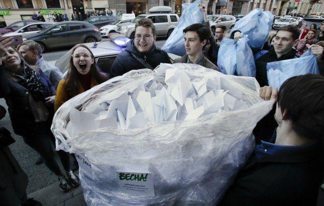 Usuarios juntan aviones de papel