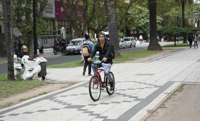 Los peatones que usan el cantero central deben estar atentos a los ciclistas y a los vehículos