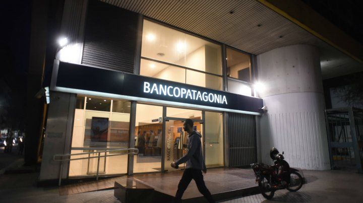 En la sucursal del Banco Patagonia de Rioja al 1200 los clientes ni siquiera podían sentarse.