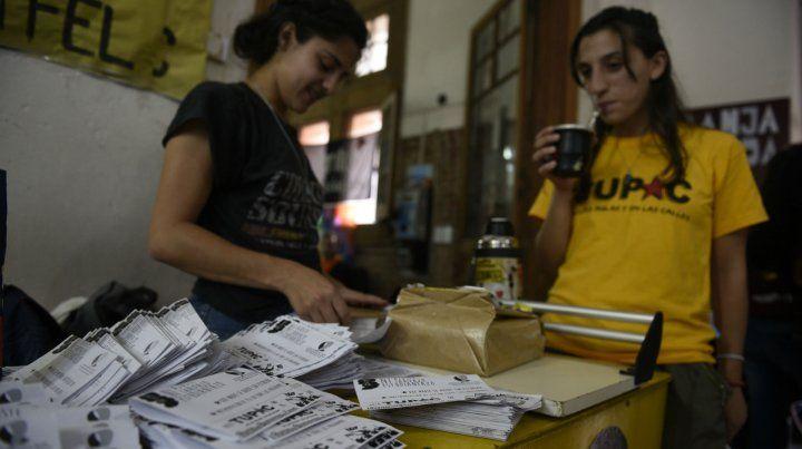 A las urnas. Dos estudiantes en plena tarea de reparto de votos. Esta semana