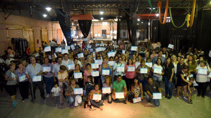 Reconocimiento. La Municipalidad entregó certificados de capacitación de la Escuela de Emprendedores.