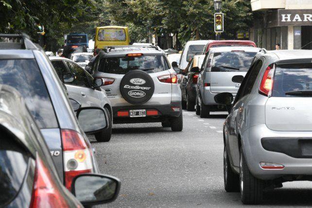 Para la mayoría de los rosarinos, el aumento del parque automotor explica los problemas viales.