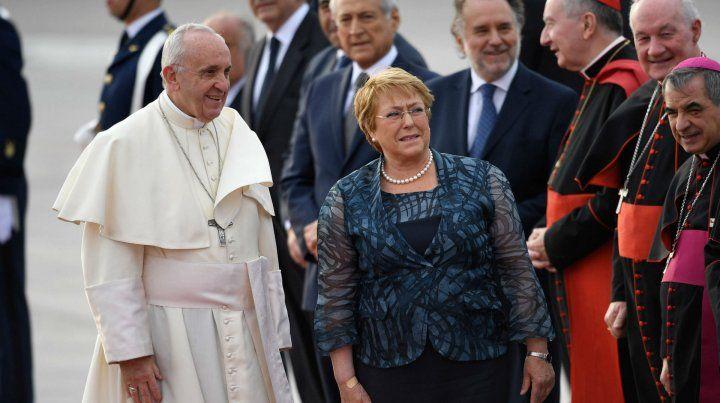 Aeropuerto. Foto del 15 de enero de este año: Francisco y la ex presidenta Michelle Bachelet en Santiago.