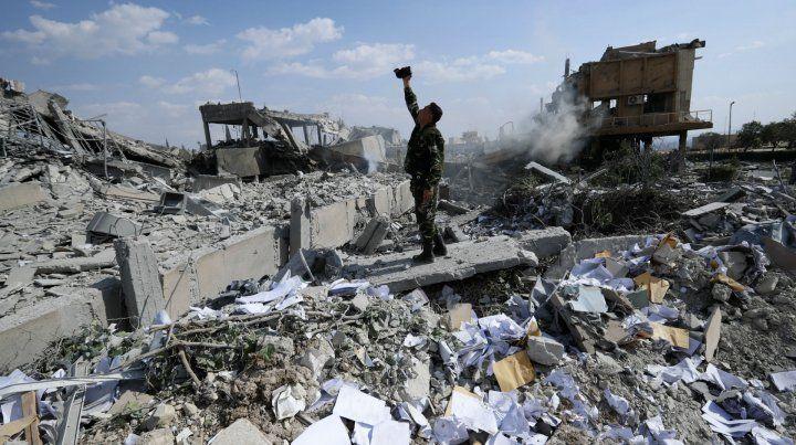 Un soldado sirio toma imágenes entre las ruinas de un centro de investigación en Damasco alcanzado por los misiles aliados..