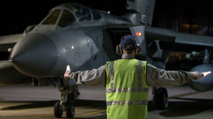 En acción. Un caza Tornado de la fuerza aérea británica se apresta a despegar para bombardear Siria.