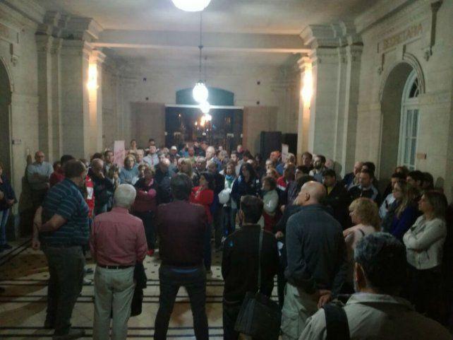 Movilizados. Los vecinos coparon el hall del municipio.