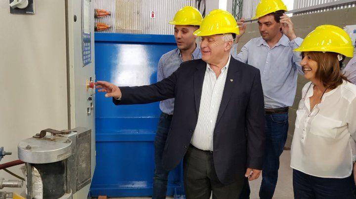 Lifschitz estuvo en la puesta en marcha de una planta de fabricación de postes de fibra de vidrio.