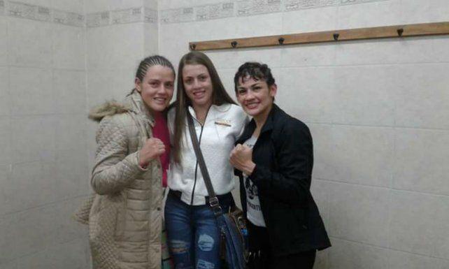 Buena onda. En el ring no la felicitó pero luego la Tigresa posó sonriente con la Bonita y su hermana Evelin.