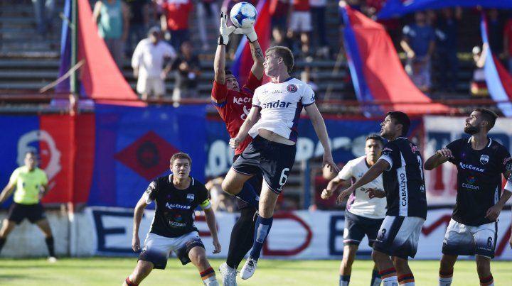 Una muralla. El Colo Resler fue el jugador más destacado de Central Córdoba.