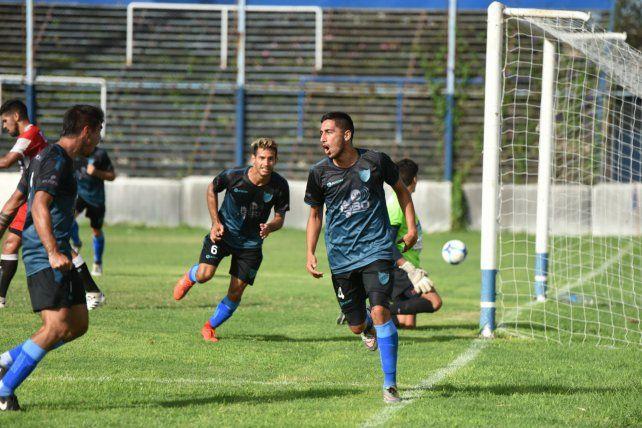 Defensor y goleador. Cristian Negreti marcó la apertura para los salaítos y corre a festejarlo con todos sus compañeros.
