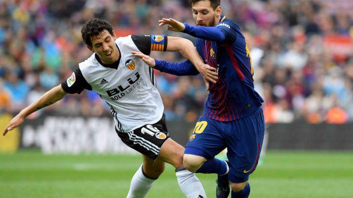 Lionel Messi lleva la pelota. Barcelona ganó después de la eliminación en la Champions.