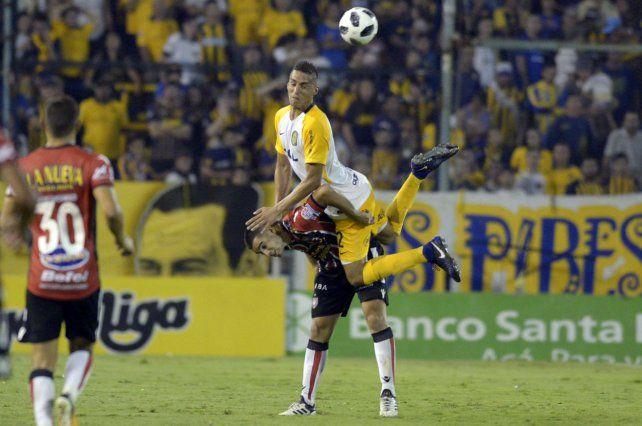 Fernando Tobio gana en el salto. Fue en el triunfo ante Chacarita. Hoy estará en Núñez.