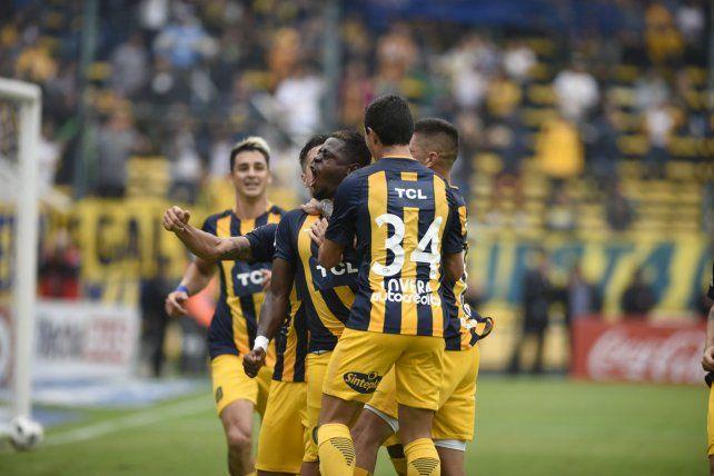 Todos con Cabezas. El colombiano marcó en la victoria ante Belgrano y partido a partido se afirma en la defensa auriazul