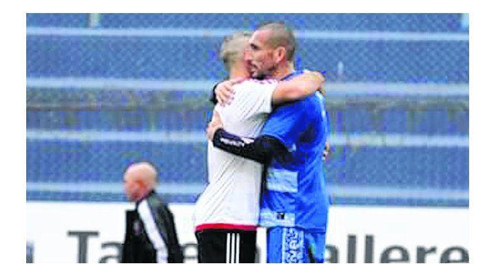 Abrazo entre volantes. El Cholo saluda a Maxi Ribero en el amistoso de verano.