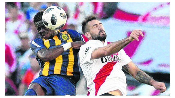 Respondió sin fallas. El defensor colombiano marcó muy bien a Lucas Pratto.