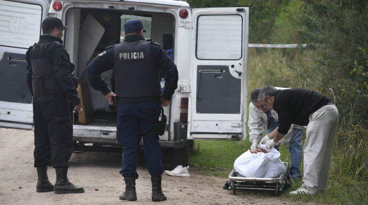 Un joven identificado como Alan Pedraza aparecio muertos con varios impactos de balas en un camino rural de ibarlucea.