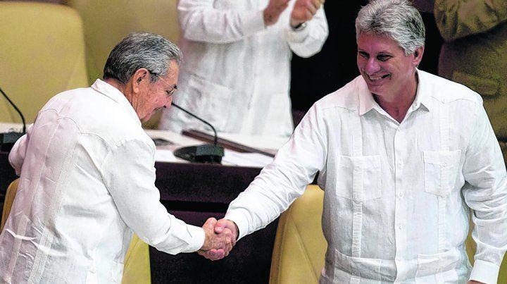 saludo. Raúl Castro saluda al hasta ahora vicepresidente Miguel Díaz Canel en la Asamblea Nacional.