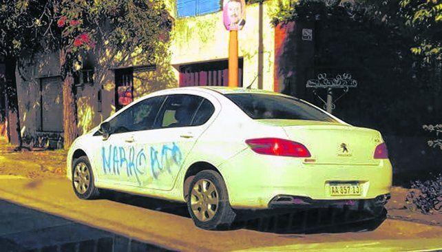 En la madrugada. Autores ignorados realizaron las pintadas sobre las dos puertas izquierdas de Peugeot.
