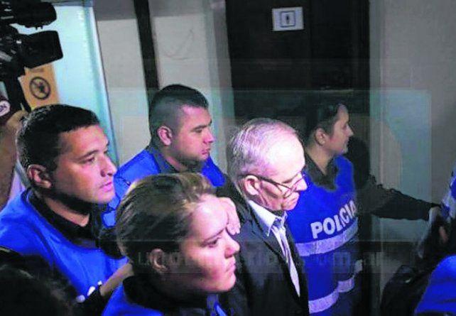 Ingreso. El sacerdote entró ayer al tribunal rodeado de policías.