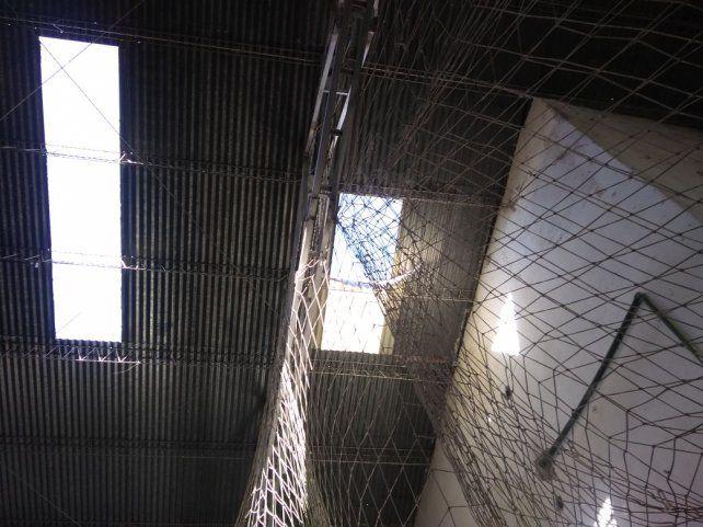 Un trabajador murió al caer desde el techo de una cancha de fútbol 5