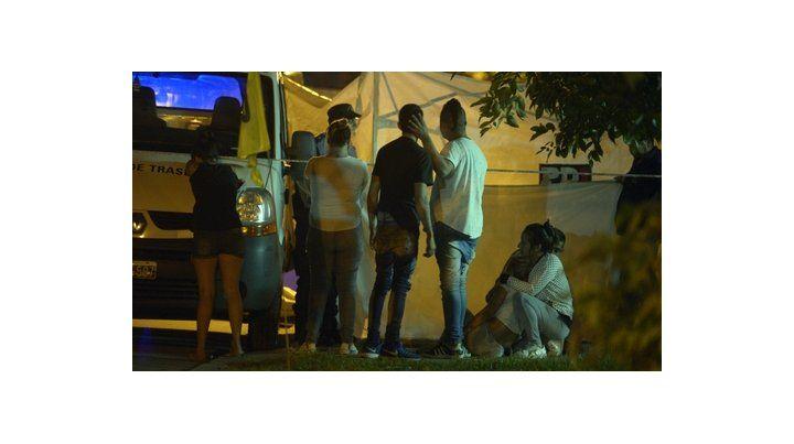 dolor. Algunos familiares de las víctimas llegaron a la escena del crimen en Liniers al 2000 de Baigorria.