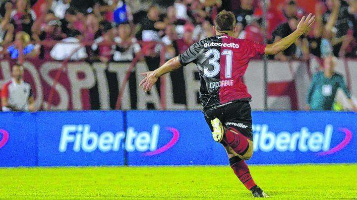 Carrera llena de felicidad. Cacciabue sale disparado hacia un costado de la cancha para festejar su primer gol en primera división en su debut en la máxima categoría.