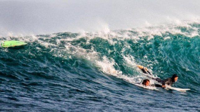 Alejandro Travaglini en el momento en que era rescatado del mar.