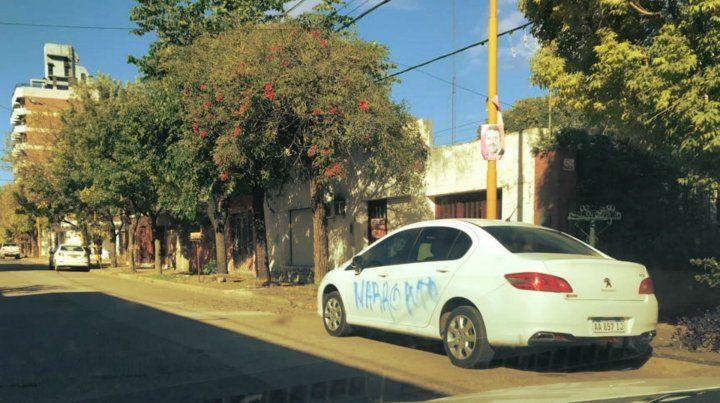 En la madrugada. Autores ignorados realizaron las pintadas sobre las puertas izquierdas del auto.