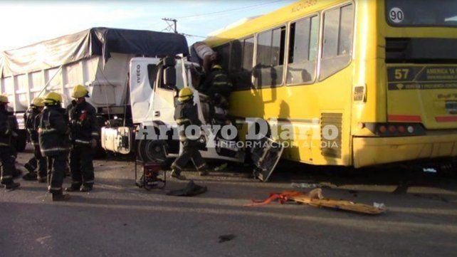 Triple choque en la ruta 21 entre un camión, un colectivo y una camioneta