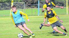 En acción. Gil traslada ante la presión de López Pissano. El Colo ya trabaja junto al resto y se ilusiona con ser de la partida.