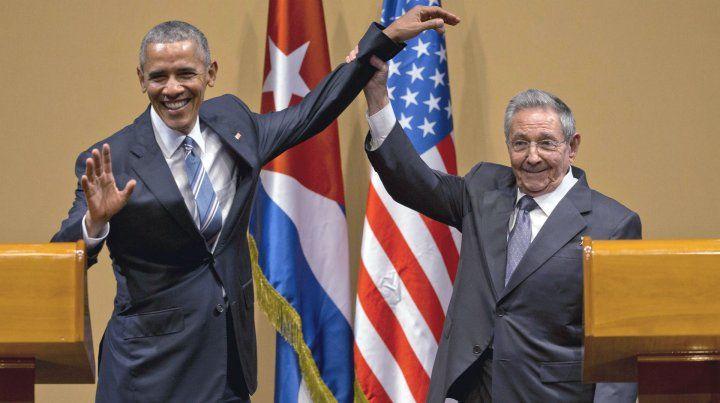 Apretón de manos. Castro levanta el brazo de Obama en el Palacio de la Revolución. Fue en 2016.