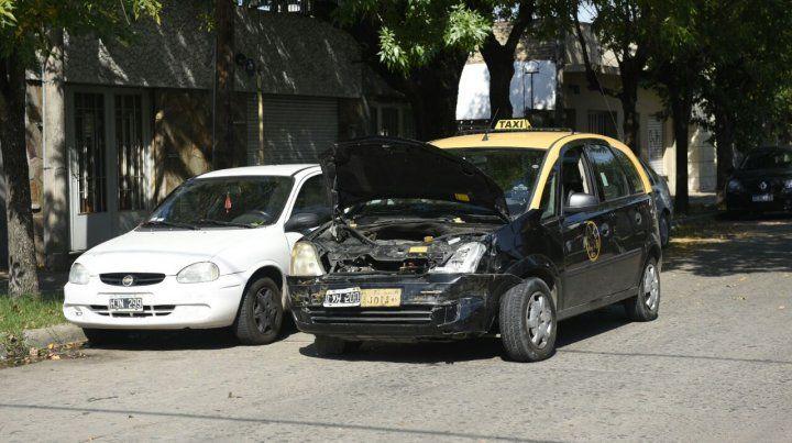 Así quedó el taxi tras impactar contra el transporte escolar.