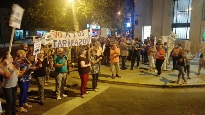Rosario se manifestó contra los tarifazos con un ruidazo que se escuchó en toda la ciudad