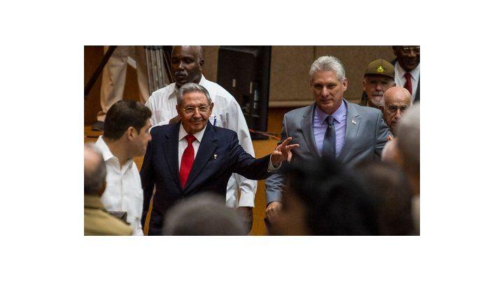 Histórico traspaso de mando. Raúl Castro y Díaz Canel ingresan a la sala del Palacio de Convenciones para ocupar sus asientos como diputados.