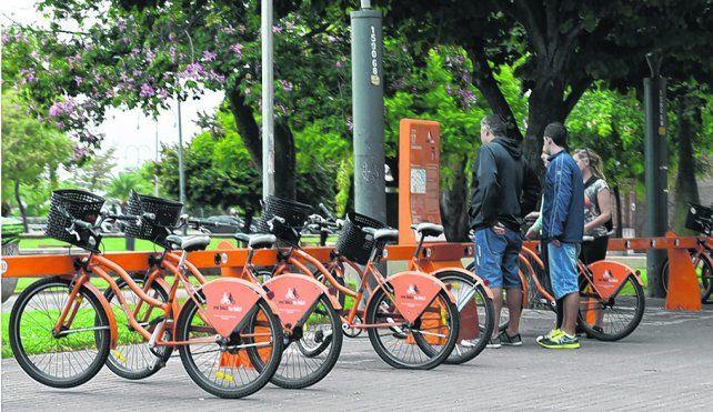 estaciones. La ciudad tiene hoy 47 espacios para retirar los rodados públicos.