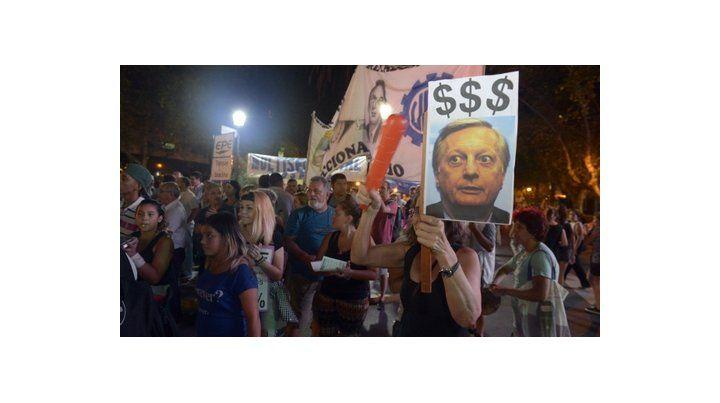 protesta. Córdoba y bulevar Oroño fue uno de los puntos de encuentro del ruidazo contra la suba de tarifas.