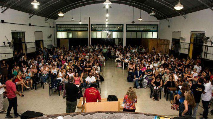 La asamblea docente se realizó en la escuela Almafuerte.