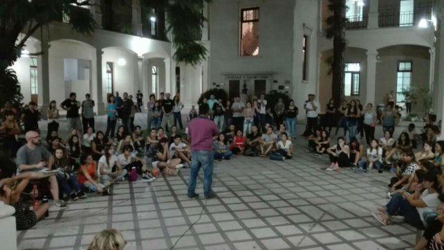 La asamblea estudiantil se desarrolló en el patio de la escuela.