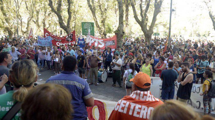 Maestros y estatales marcharon por el centro y calificaron como miserable la oferta del gobierno provincial